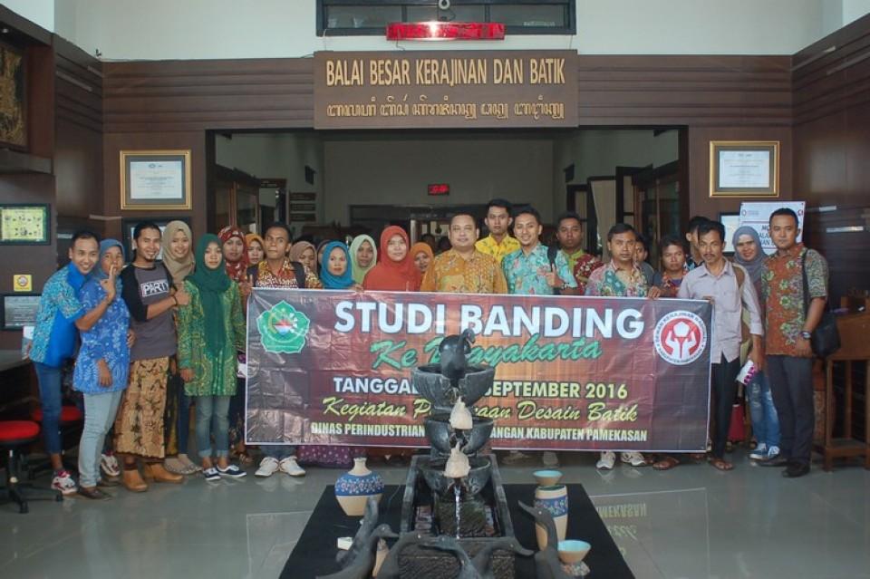 Disperindag Kabupaten Pamekasan Melakukan Studi Banding Dalam Rangka Pembinaan Desain Batik di BBKB Yogyakarta_foto