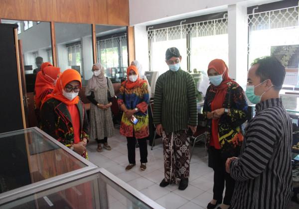 Tingkatkan Kemampuan Pengrajin Batik Ketua Dekranasda Kab. Pringsewu lakukan Penjajakan Kerjasama  dengan Balai Besar Kerajinan dan Batik_foto